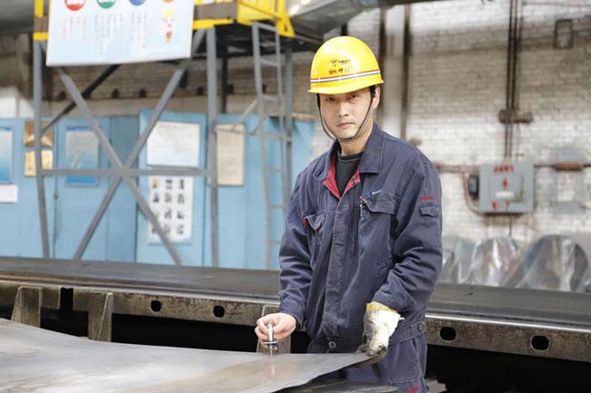 记全国有色金属行业劳动模范、宝钛集团板材厂职工张平